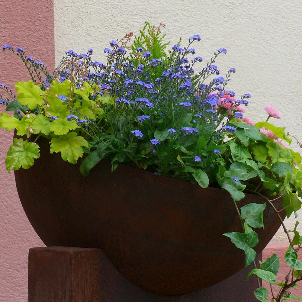 Schöne Pflanzkübel im Frühling 11