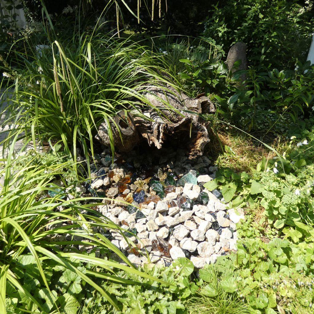 Wasserspiel im Waldgarten